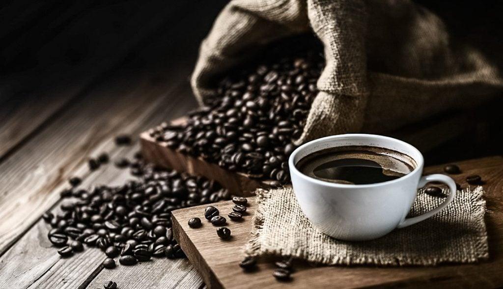 taza de cafe con granos, taza de café y granos de café, cuantas calorias tiene una taza de cafe, taza de cafe con granos, cafe taza, taza para cafe, cafe bourbon, taza de cafe calorias